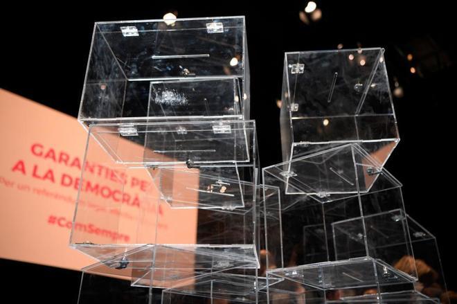 Urnas colocadas sobre el escenario en el que Puigdemont y Junqueras...