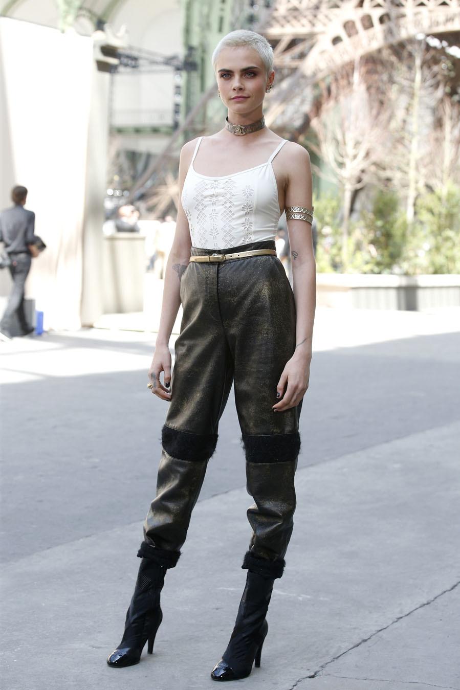 La modelo inglesa resaltaba su figura con un pantalón de talle alto...