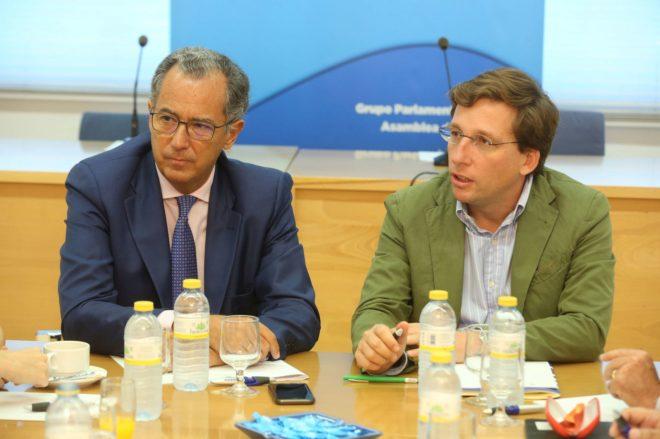 Enrique Ossorio y José Luis Martínez-Almeida en la reunión de hoy.