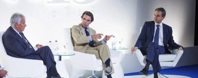 Los ex presidentes del Gobierno Felipe González, José María Aznar y...