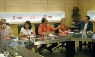Abel Caballero, a la derecha, en la reunión entre miembros de la...