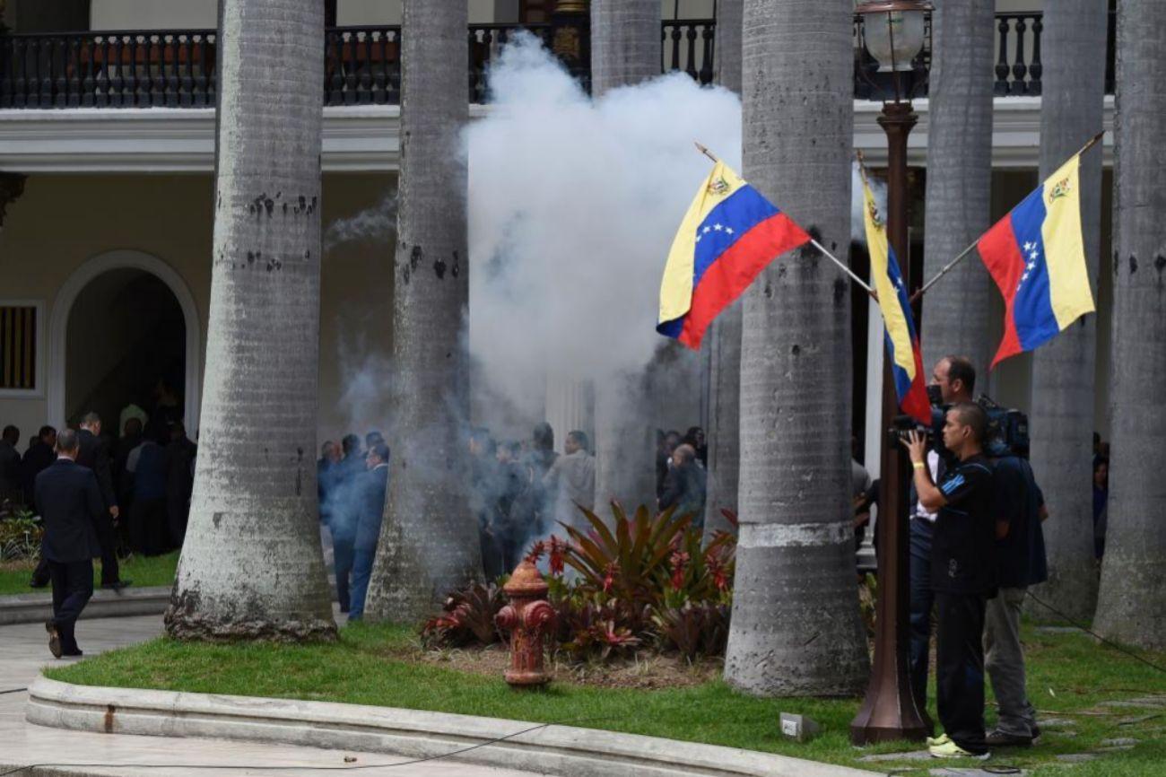 Momento en que los seguidores de Maduro accedieron al Parlamento.