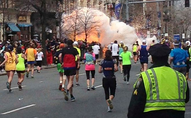 Imagen real del atentado junto a la línea de meta del maratón de...