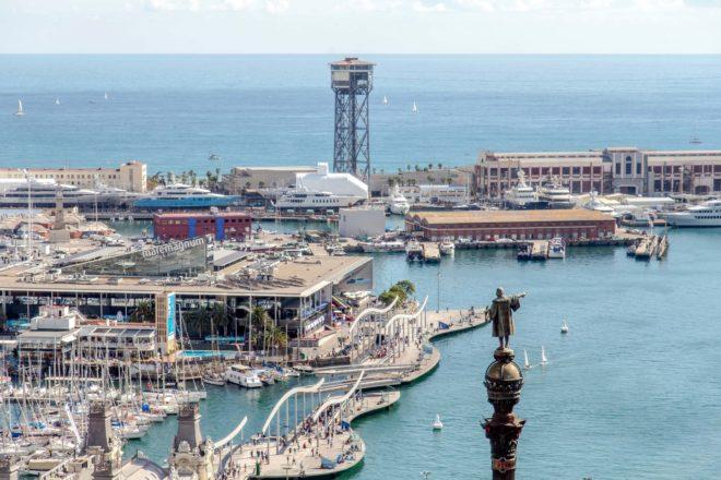 Desde la coctelería 'Marea Baja', en el piso 23, se divisa el puerto...