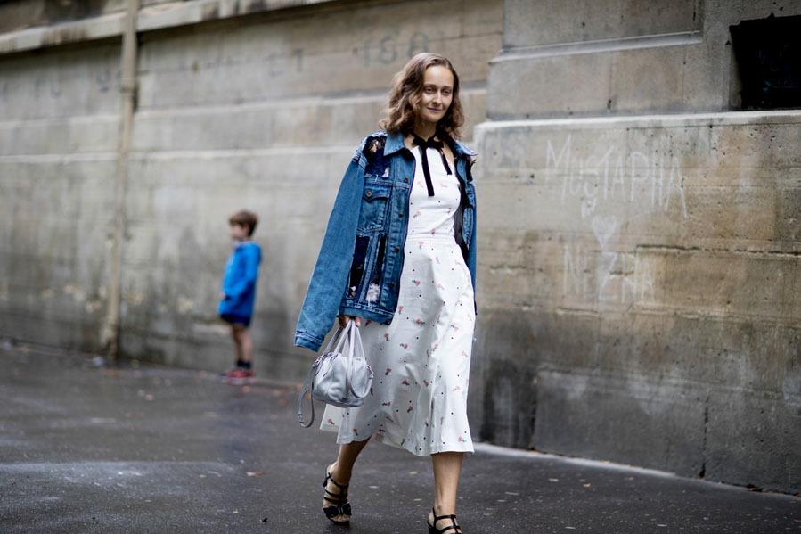 Chaqueta vaquera con vestido blanco -  Street style  en la Alta Costura de  París 0a65d916c49
