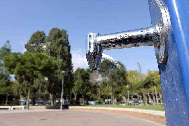 Fuente pública instalada en la plaza Roja de Badalona