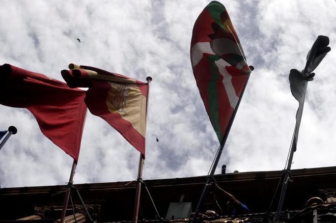 Imagen de la ikurriña ondeando en el Ayuntamiento de Pamplona, entre...