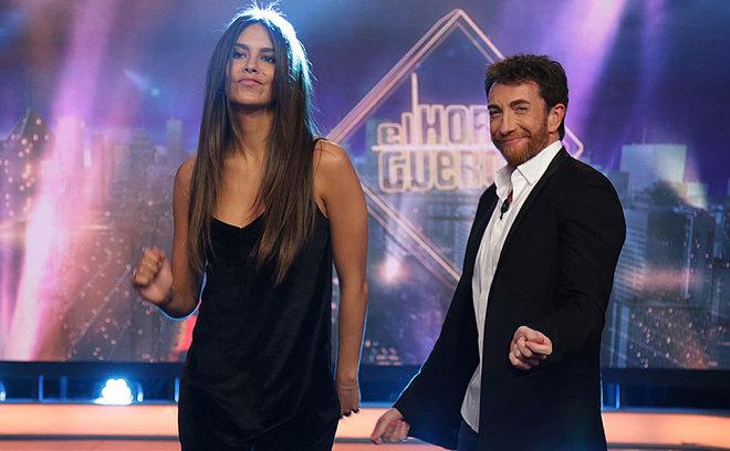 La presentadora Cristina Pedroche, con Pablo Motos, en 'El hormiguero...