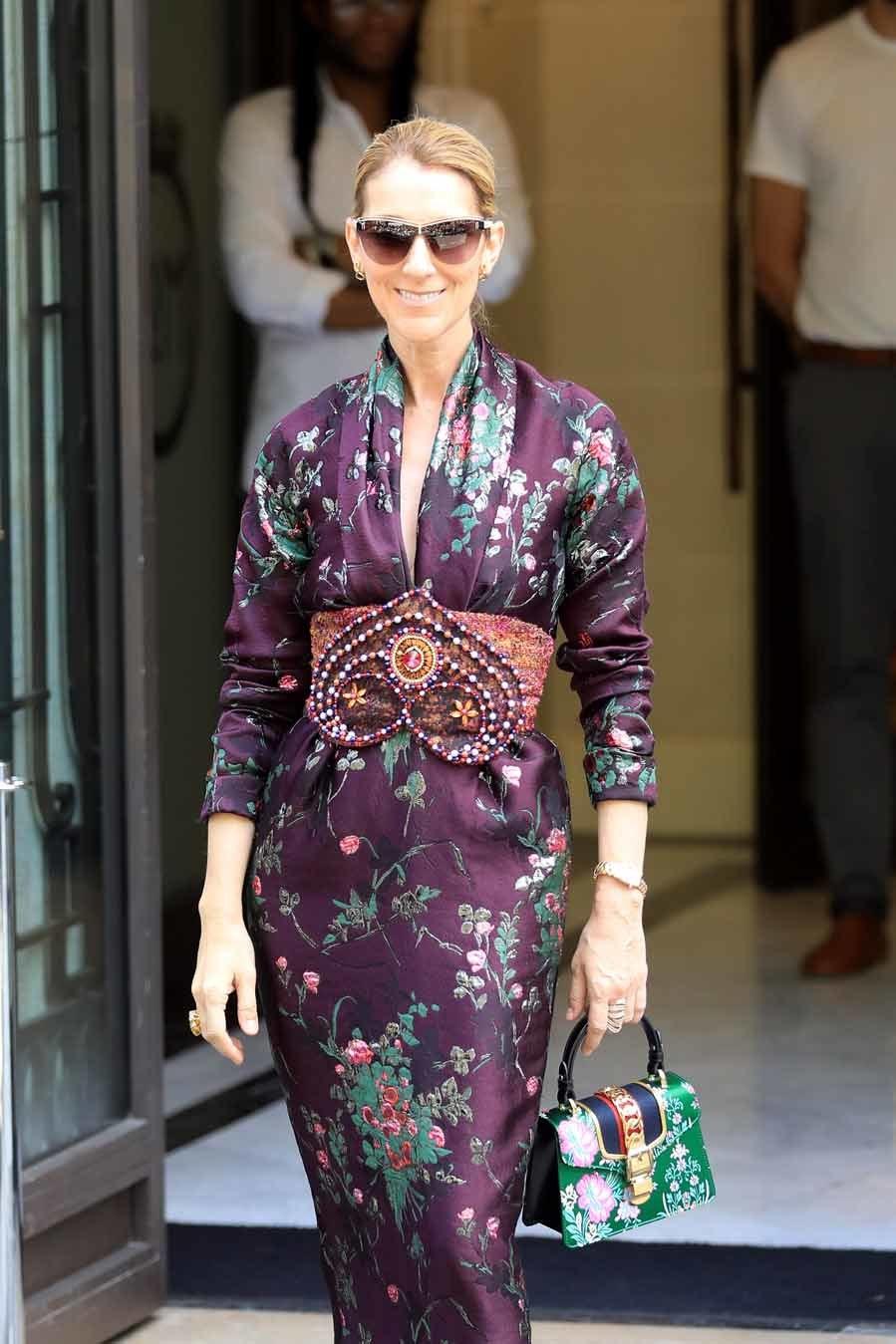 La cantante eligió un vestido midi de inspiración oriental para...