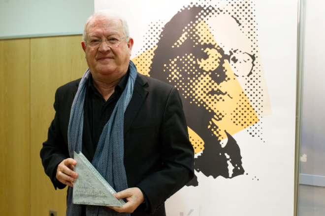 J. J. Armas Marcelo cuando recogió el premio al Libro del Año de la Fundación Francisco Umbral.