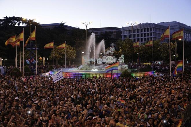 Asistentes del desfile del Orgullo, en la Plaza de Cibeles, el pasado 1 de julio.