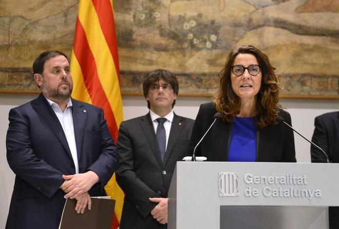 Oriol Junqueras y Carles Puigdemont escuchan a Mercè Conesa,...