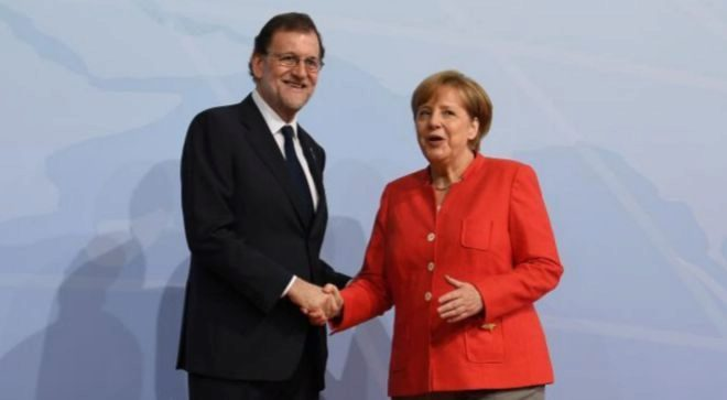 La canciller alemana, Angela Merkel, saluda al presidente español, Mariano Rajoy, ayer, en Hamburgo.