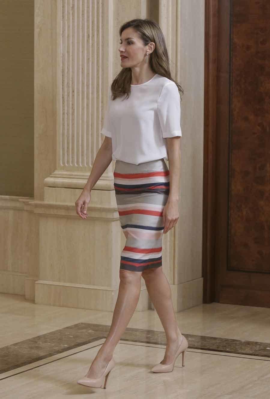 Un look básico, sencillo y elegante con el que la Reina de una...