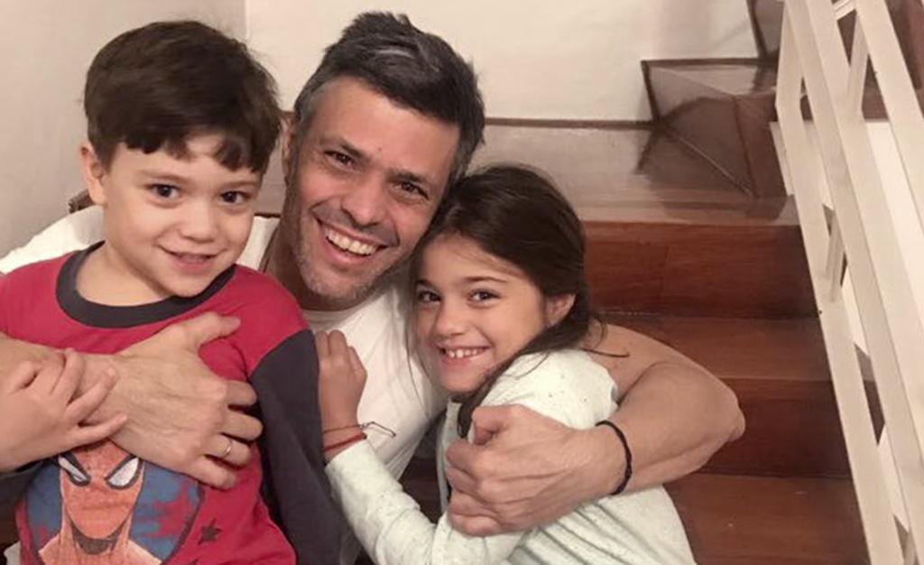 Primeras imágenes de Leopoldo López en su domicilio tras salir de Ramo Verde para cumplir arresto domiciliario.