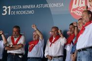 El líder minero de UGT, José Ángel Fernández Villa (en el centro), entre Cándido Méndez y Alfonso Guerra en 2010.