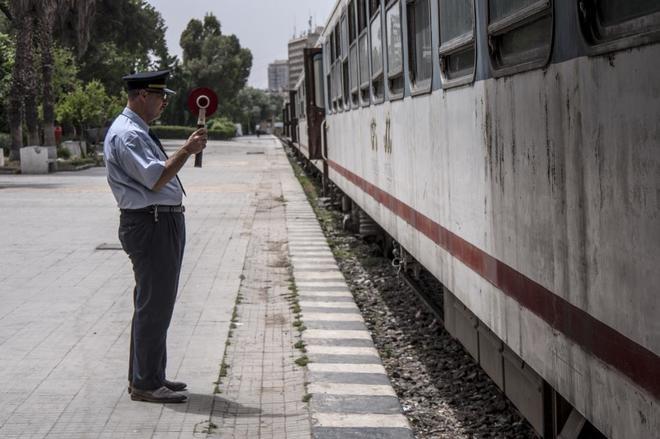 Un revisor en la estación de tren de Alepo, que antaño era un icono de la ciudad y reabre un tramo pequeño de vía.