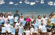 El acto por la esclerosis múltiple en la playa de la Concha de San Sebastián.