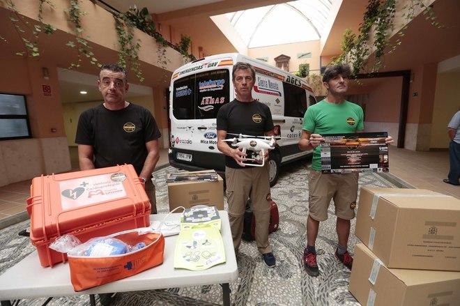 Integrantes de la asociación 'Guardias Civiles Solidarios', ante el nuevo vehículo.