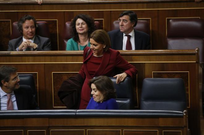 María Dolores de Cospedal se dirige a su escaño, en presencia de...