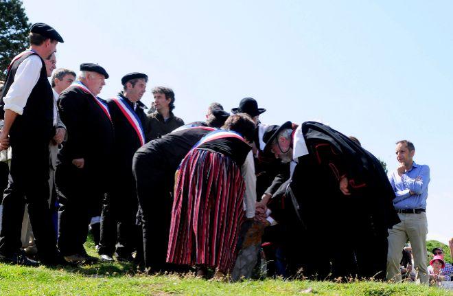Los alcaldes de los valles de Roncal y de Baretous colocan sus manos...