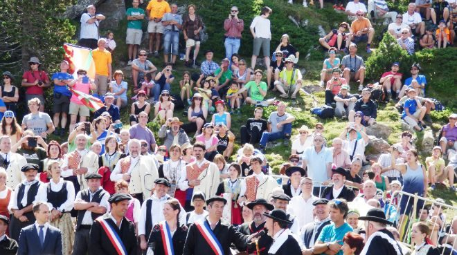 La ceremonia congrega a cientos de personas y la jornada termina con...