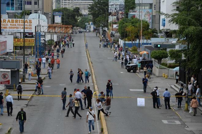 La oposición venezolana bloquea una avenida en Caracas.