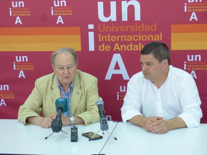 Juan Pérez Mercader en compañía del vicerrector del Campus de La Rábida.