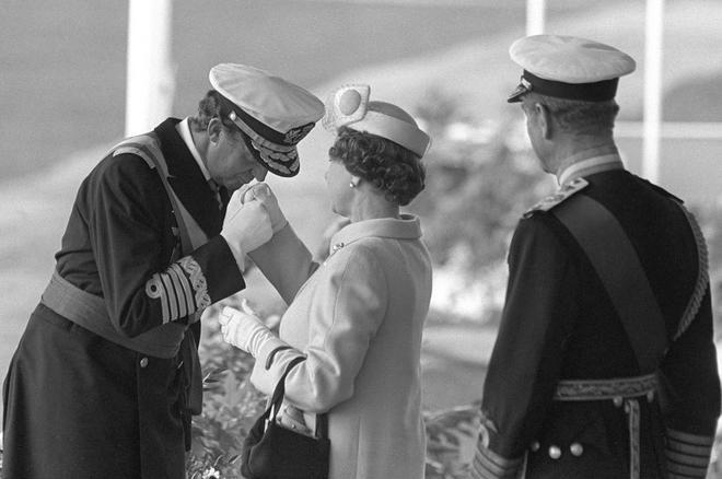 El Rey Juan Carlos saluda a Isabel II en una visita real al Reino...