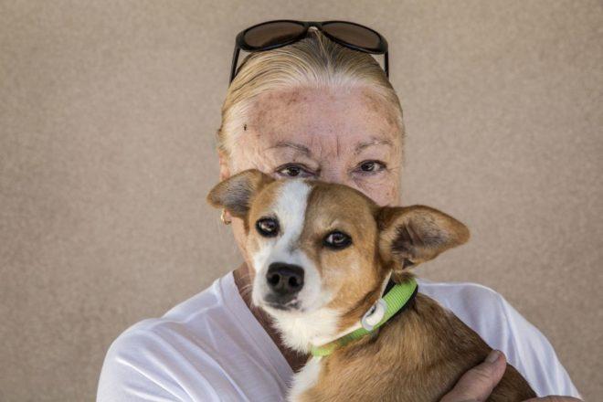 Amalia posa con Luna, el perro que adoptó.
