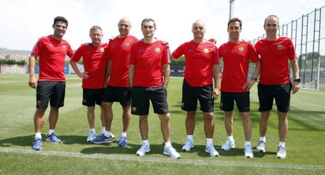 El entrenador del Barcelona, Valverde, rodeado de sus ayudantes, en la Ciutat Esportiva.