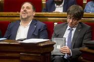 El presidente de la Generalitat de Cataluña, Carles Puigdemont, junto al vicepresidente Oriol Junqueras, durante la sesión matinal de control del parlamento de Cataluña.