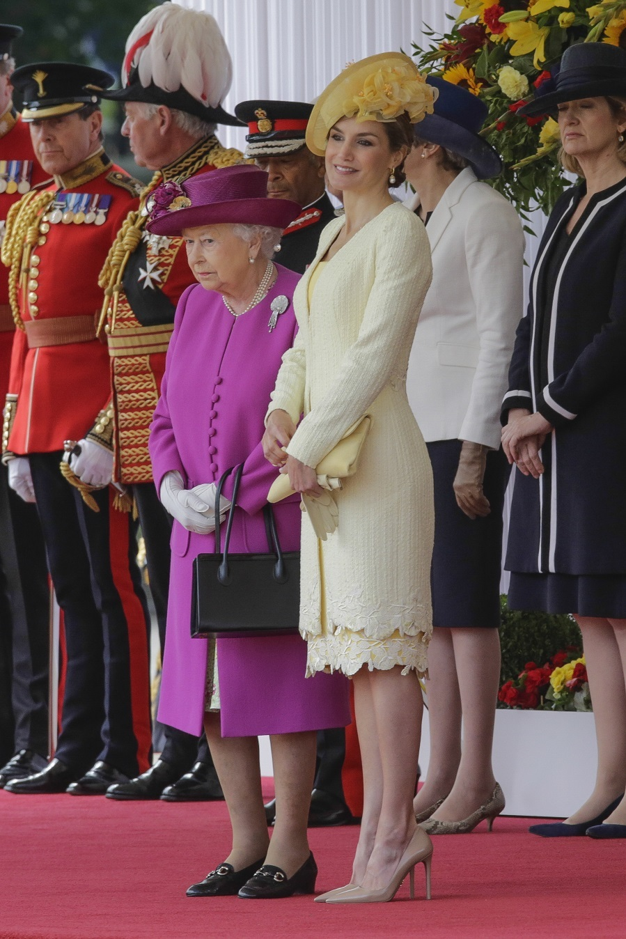 El amarillo ha sido el color elegido por Letizia para su primer look...
