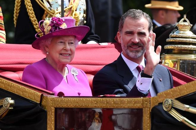 Felipe VI e Isabel II en la carroza que les llev