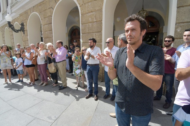 Los ayuntamientos 39 d scolos 39 de c diz tambi n guardan un minuto de silencio por miguel ngel - Muebles miguel angel cadiz ...