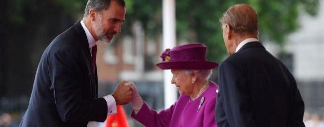 Felipe VI saluda a Isabel II esta mañana en Londres.