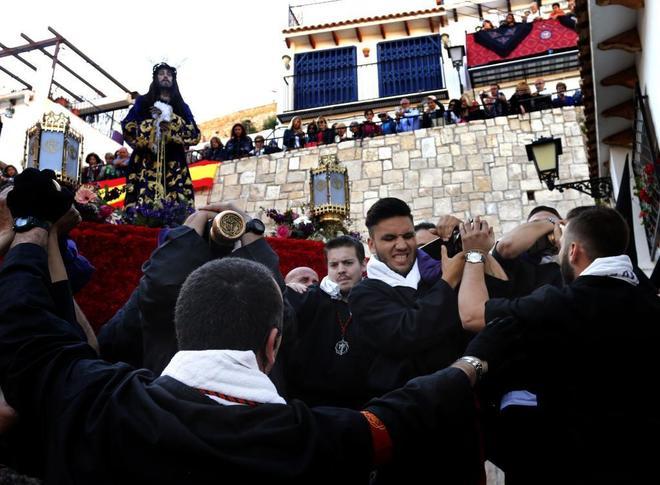 Costaleros en la procesión de la Santa Cruz de Alicante