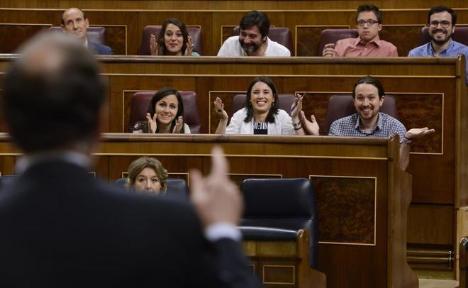 Los diputados de Podemos muestran su sorpresa ante la interpelación...