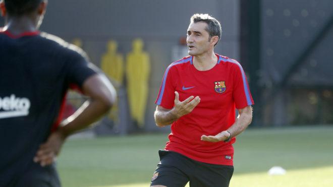 Valverde da instrucciones a los jugadores en su primer entrenamiento al frente del equipo.