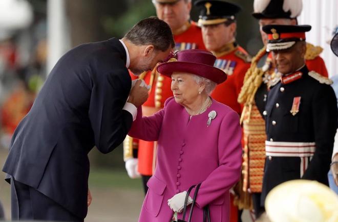 Felipe VI saluda a Isabel II en la visita real al Reino Unido.