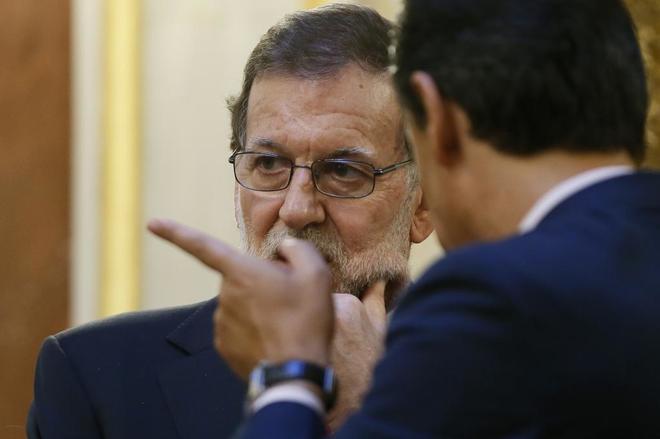 Mariano Rajoy conversa con el coordinador general del PP, Fernando...