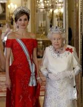 La Reina con un vestido rojo de Felipe Varela y la diadema de flor de...