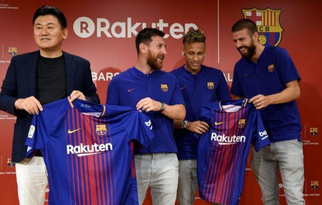 Messi, Neymar, Pique y el CEO de Rakuten, Hiroshi Mikitani, en el acto en Tokio.