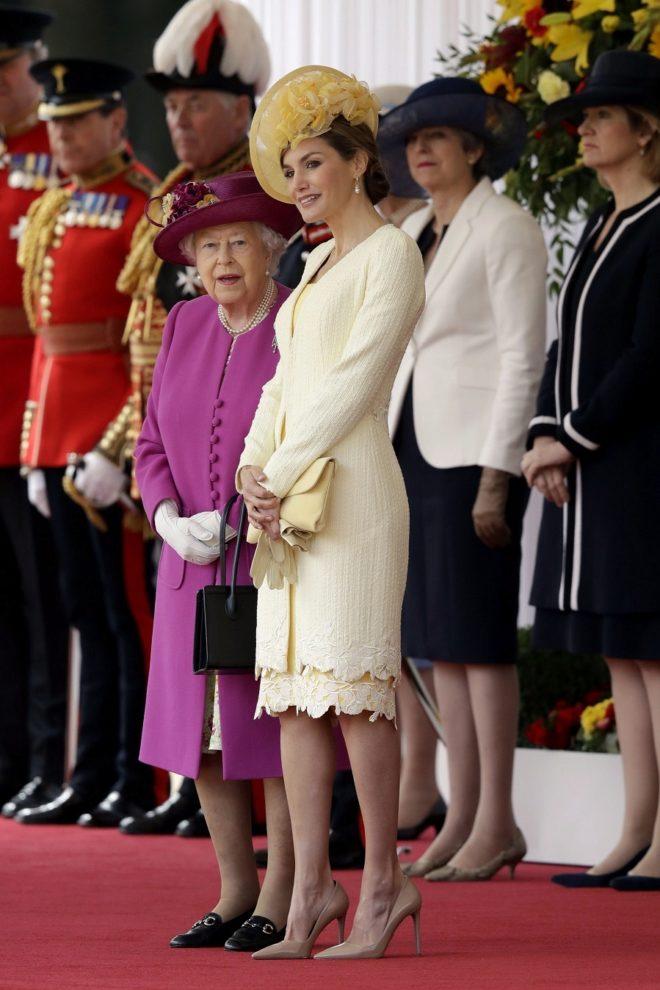 Letizia arriesga con el amarillo en su primer 'look' para la visita de...