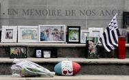 """Fotografías y recuerdos de las víctimas del atentado en un memorial que reza """"En memoria de nuestros ángeles""""."""