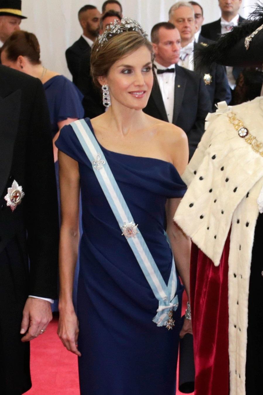 La Reina eligió un vestido con escote asimétrico y silueta columna,...