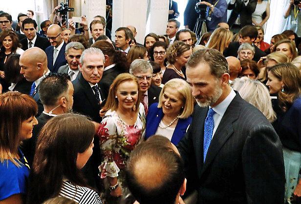 Felipe VI saluda a miembros de la colectividad espa