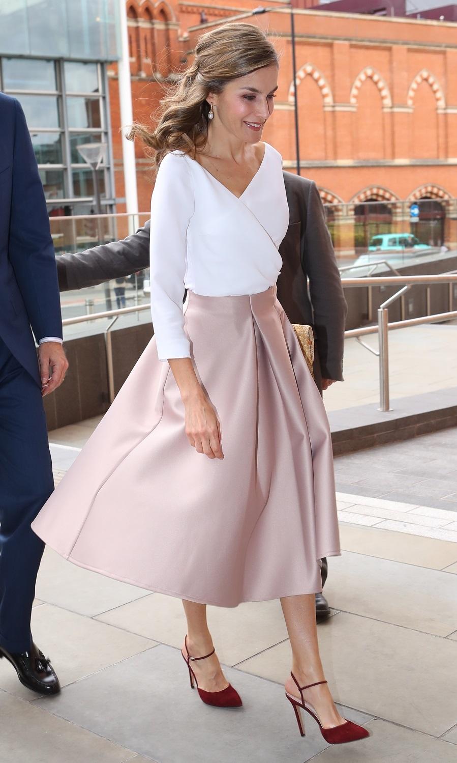 La Reina apuesta por una falda midi rosa empolvado. Lo más...
