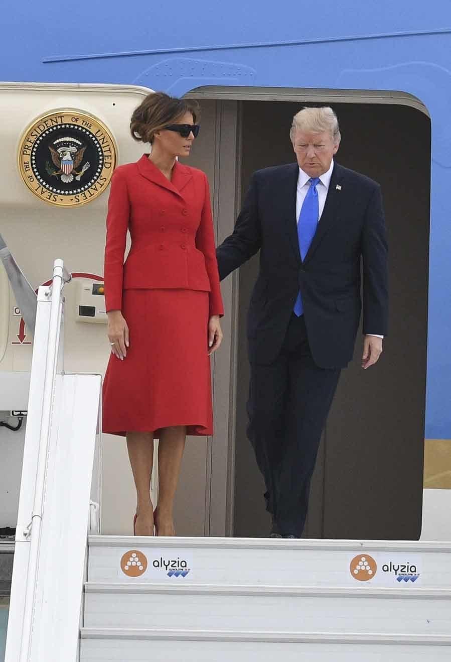 En su llegada a París la Primera Dama optó por un diseño, estilo...
