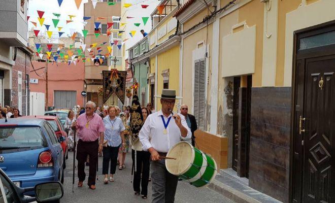 Charanga festiva que precede a la procesión en Las Palmas (Canarias).